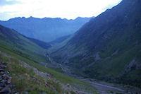 Le vallon de la Glere au petit matin, au fond, la vallee de Bareges
