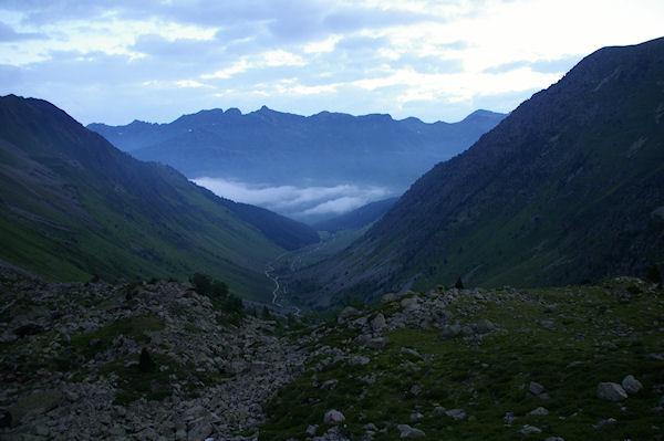 Le vallon de la Glère au petit matin, au fond, la vallée de Barèges embrumée