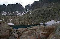 Un des Lacs Verts, au fond, la breche de Chausenque
