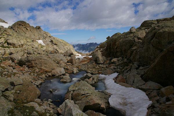 Un petit laquet de fonte, au fond, la vallée de Barèges