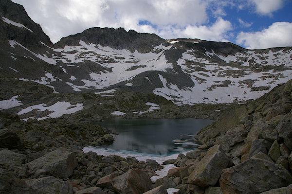 Un des Lacs Verts, au fond, le Glacier de Maniportet dominé par le Pic des 3 Conseillers