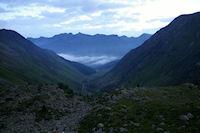 Le vallon de la Glere au petit matin, au fond, la vallee de Bareges embrumee
