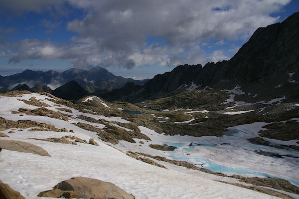Le Lac Glacé de Maniportet, le Lac Bleu et les Lacs Verts, au fond, le Pic du Midi de Bigorre