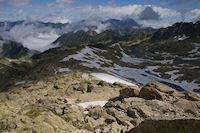 Le Lac Glace de Maniportet, le Lac Bleu et les Lacs Verts, au fond, le Pic du Midi de Bigorre