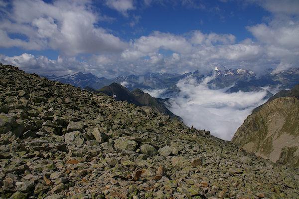 Le Cirque de Gavarnie à gauche, on devine le glacier du Vignemale depuis les crêtes menant au Turon de Néouvielle