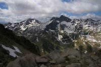 Pic d'Estaragne, Pic de Campbiel et Pic Long dominant le Lac Tourat gele  depuis les cretes menant au Turon de Neouvielle