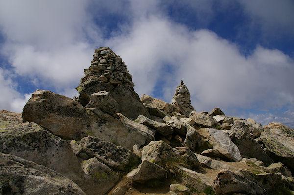 Les deux cairns magnifiques du sommet du Turon de Néouvielle