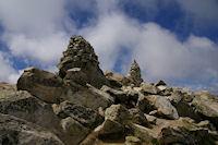 Les deux cairns magnifiques du sommet du Turon de Neouvielle