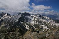 Pic de Campbieil et Pic Long dominant le Lac de Tourrat gele, plus loin, le Cirque de Gavarnie depuis le sommet du Turon de Neouvielle