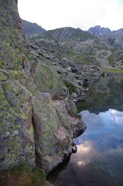 Un passage un peu étroit pour contourner le Lac de la Glère par la rive droite