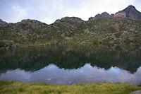 Le Lac domine par le Refuge de la Glere