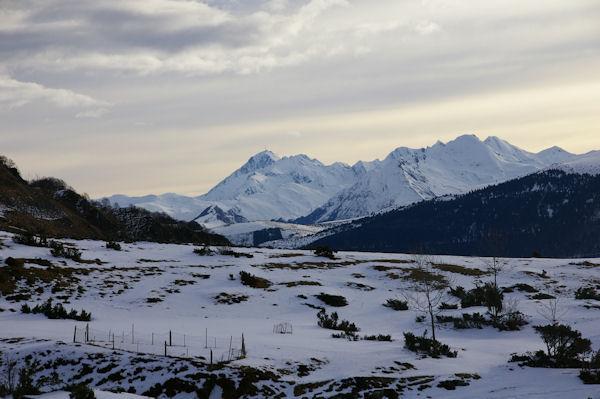 Au loin on distingue les installations du Pic du Midi de Bigorre
