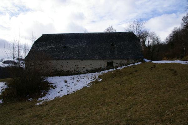 Une grange au bord de la route montant au Col du Soulor au Quartier Bretou