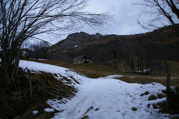Jolie grange, au dessus, le Pic de Brebeillet