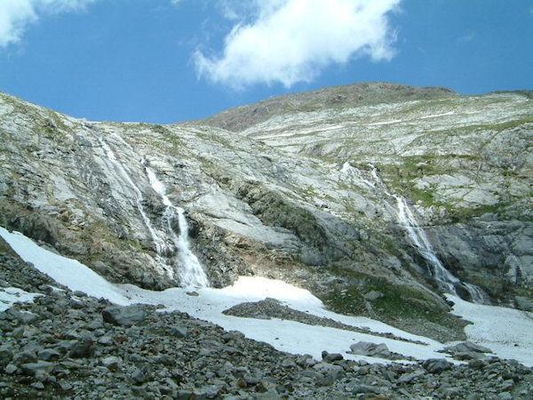 Cascade des eaux du glacier du Montferrat