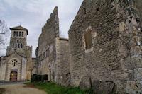 L'eglise et l'ancienne abbaye d'Aujols