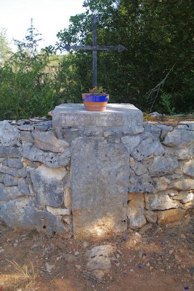 Un menhir bien encadré. Sur la pierre est noté : Menhir de la mission des P…  1868