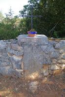 Un menhir bien encadre. Sur la pierre est note : Menhir de la mission des P…  1868