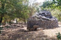Une cazelle servant d'abri pour les moutons vers St Chels