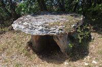 Un dolmen en arrivant sur la D17
