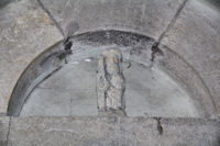 Un compostelou sous le porche de l'eglise de Limogne en Quercy