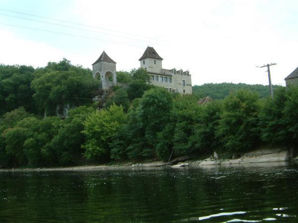 Un château à Le Bastit sur les bords de la Dordogne