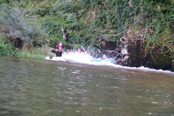 Julie et Camille dans la descente du barrage de Marcilhac sur Célé