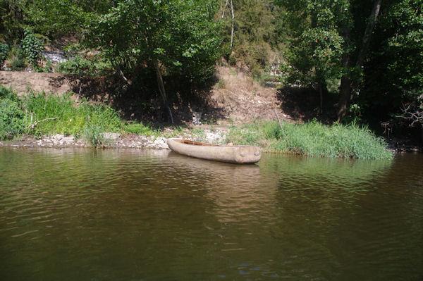 Une barque sur le Célé