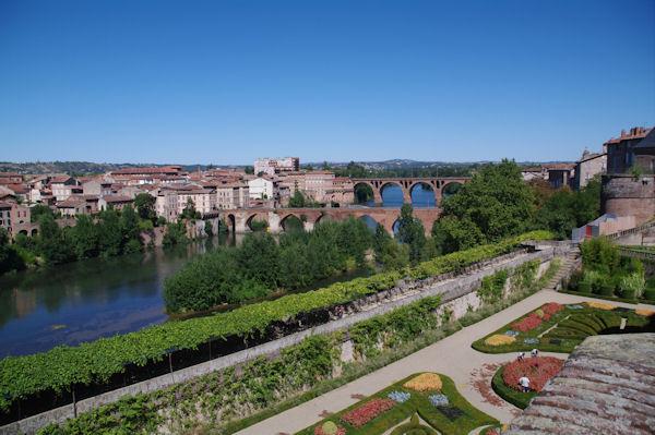 Les jardins du Palais de la Berbie et les vieux ponts sur le Tarn