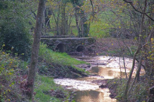 Vieux pont sur le ruisseau d_Aygue Belle