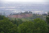 Le haut de la carriere de Fendeille sur fond de vallee du Sor
