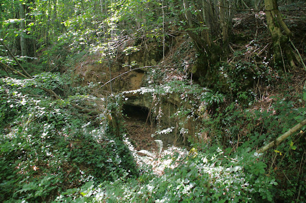 Une petite grotte au bord du chemin à la Combe d_Arnaud