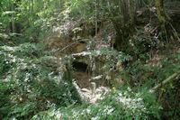 Une petite grotte au bord du chemin a la Combe d'Arnaud