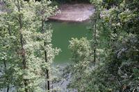 Les eaux vertes du Lac des Cammazes depuis la foret de Crabemorte