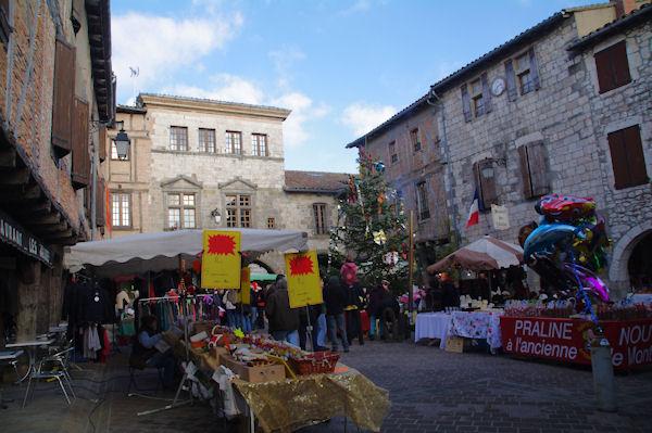 La place animée de Castelnau de Montmirail