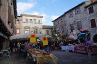 La place animee de Castelnau de Montmirail