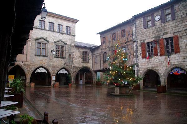 La place des Arcades à Castelnau de Montmiral