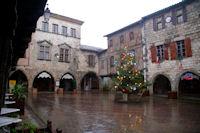 La place des Arcades a Castelnau de Montmiral