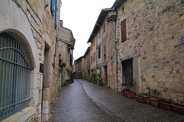 Une ruelle à Castelnau de Montmiral