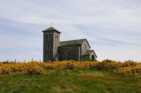 La Chapelle de St Férréol au milieu des genets