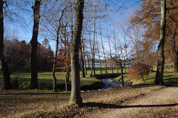 Au fond, le lac de St Ferréol depuis le parking de l_Hermitage
