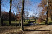 Au fond, le lac de St Ferreol depuis le parking de l'Hermitage