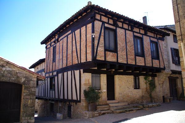 Une maison à colombage dans Puycelci