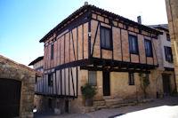 Une maison a colombage dans Puycelci