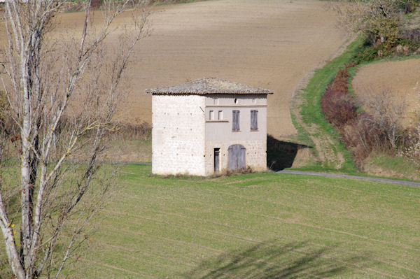 Une maison isolée, à droite, le chemin montant à Montegut