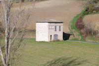 Une maison isolee, a droite, le chemin montant a Montegut