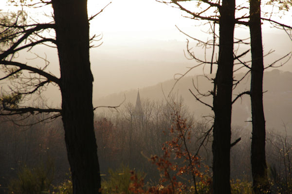 Le clocher de l_église de Vaour dans la brume du soir