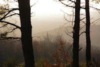 Le clocher de l'eglise de Vaour dans la brume du soir