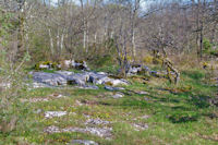 Le dolmen d'Al Pech est par la...