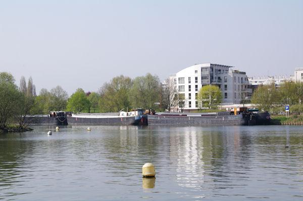 Les péniches à quai sur le canal de la Deûle